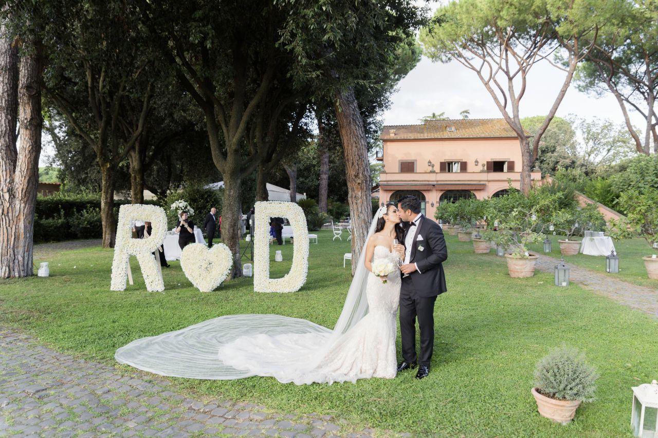 Scenografia-matrimonio-iniziali-giganti-fiori